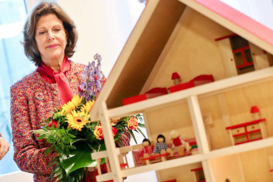 September 2018: Königin Silvia besichtigt die Räume des ersten deutschen Childhood-Hauses in Leipzig.