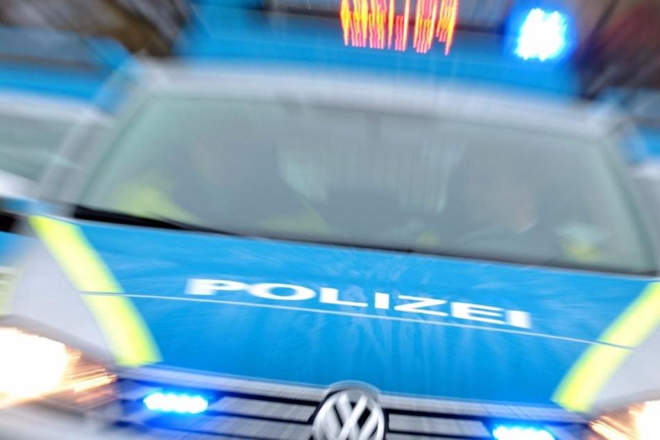 Die Polizei sperrte die Bundesstraße auf einer Seite für mehrere Stunden. (Symbolbild)