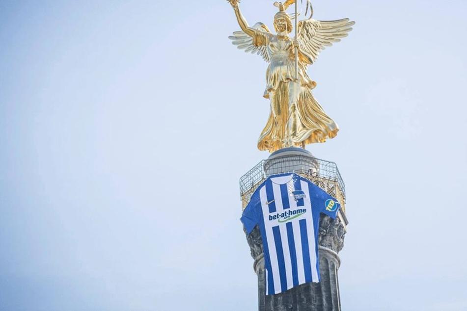 Ein gigantisches Hertha-Trikot hängt an der Siegessäule.