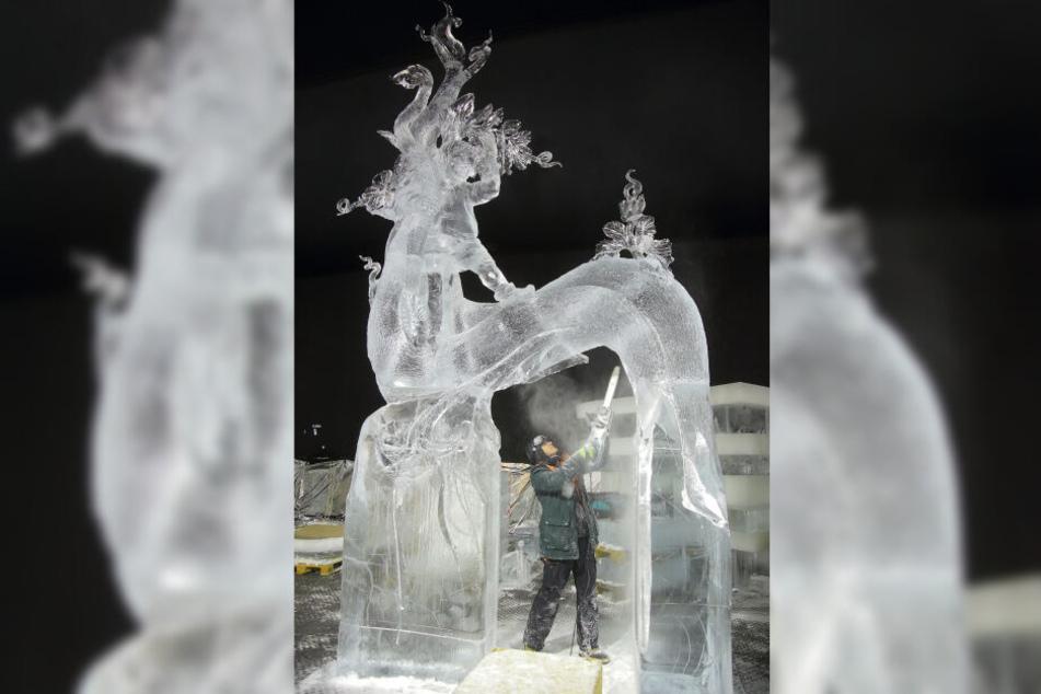 Der lettische Künstler Donatos Mockus (45) sägt Jakob auf der Wunderbohne aus dem Eisblock.