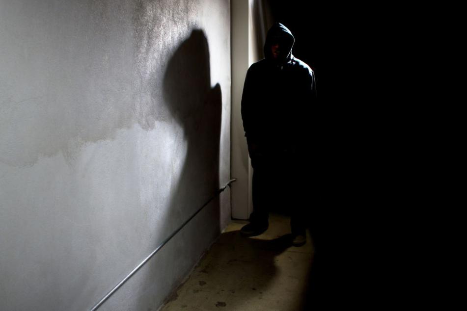 Der 27-jährige Stalker hatte der Frau immer wieder aufgelauert. (Symbolbild)