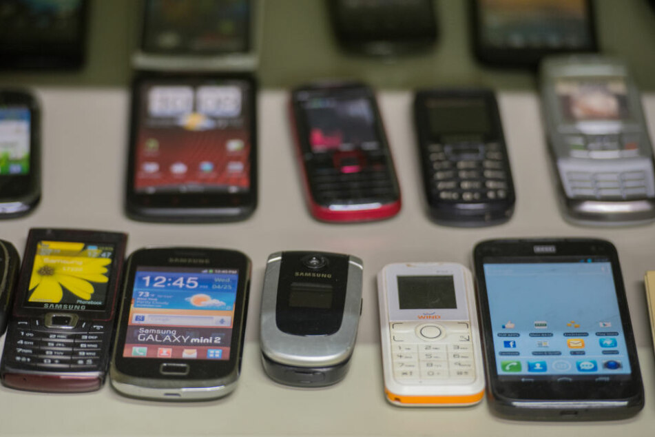 Die Handys werden für Fake-Likes verwendet. (Symbolbild)