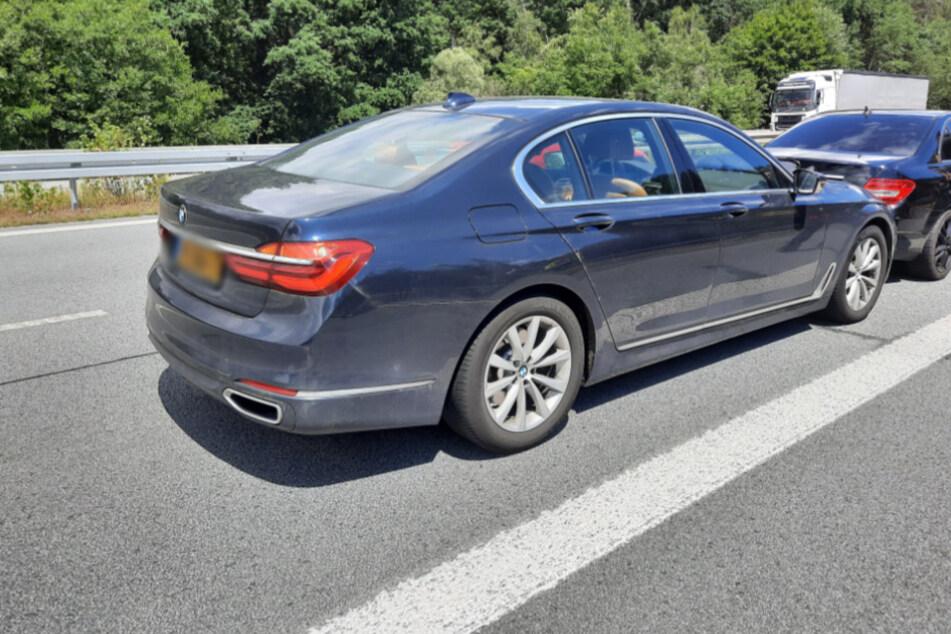 Die geklaute BMW-Limousine. Davor der schwarze Mercedes, in den der mutmaßliche Autodieb fuhr.
