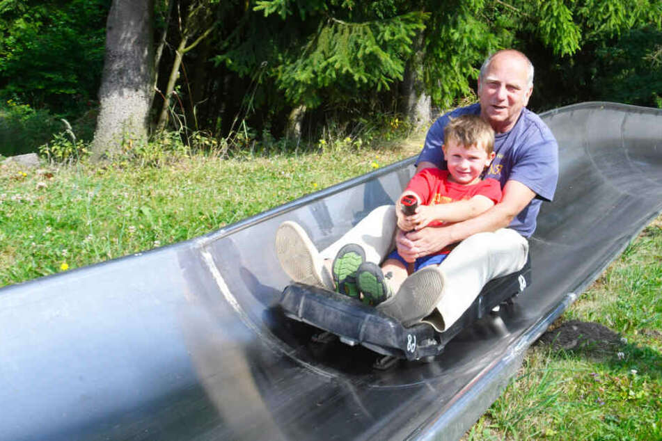 Ob allein oder zu zweit – die Sommerrodelbahn Altenberg bietet Spaß für Alle.
