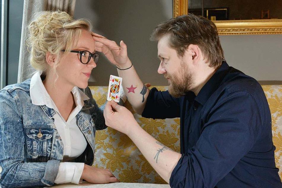 Für die Gesundheitswette: Janine Teetz (29) trainiert mit Mentalist Nico Haupt (39) den Kartentrick.