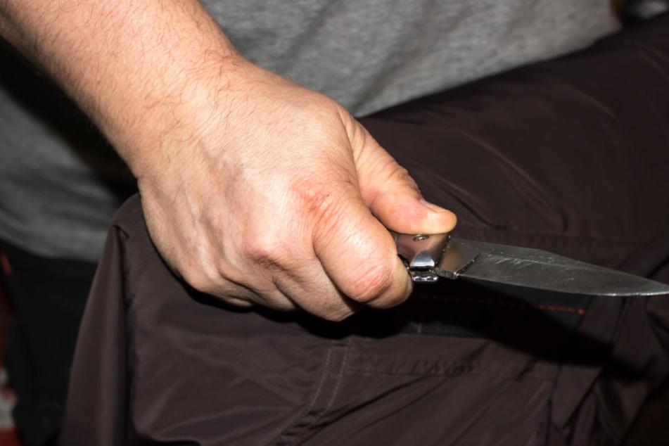 Mann bedroht Rossmann-Mitarbeiterin mit Messer und raubt Geld
