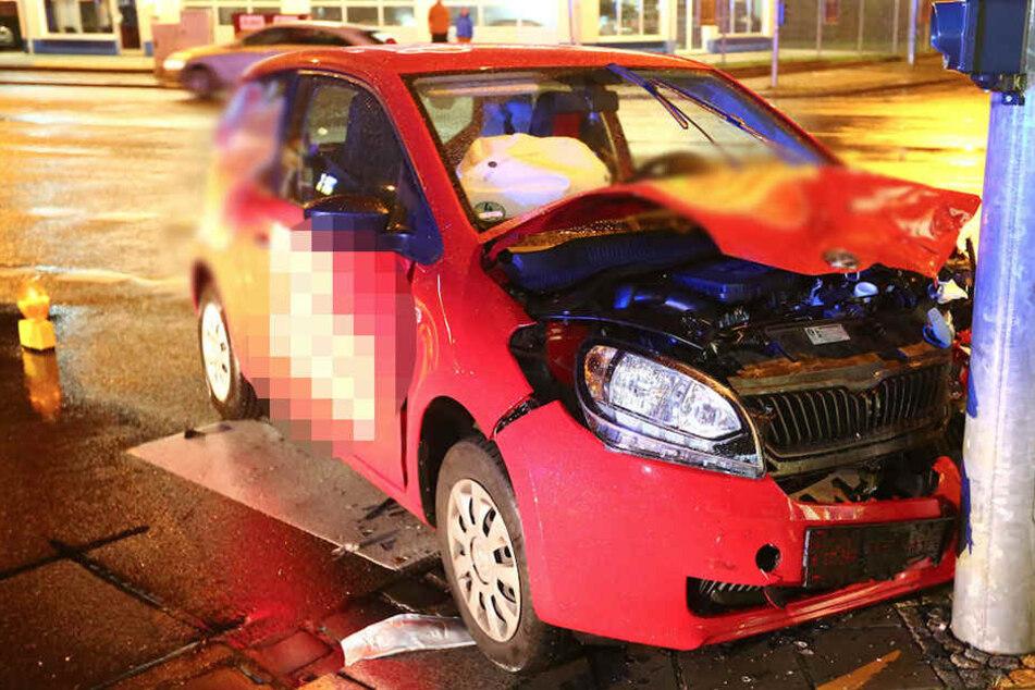 Vier Verletzte! Auto von Pizza-Dienst nach Crash gegen Laterne geschleudert
