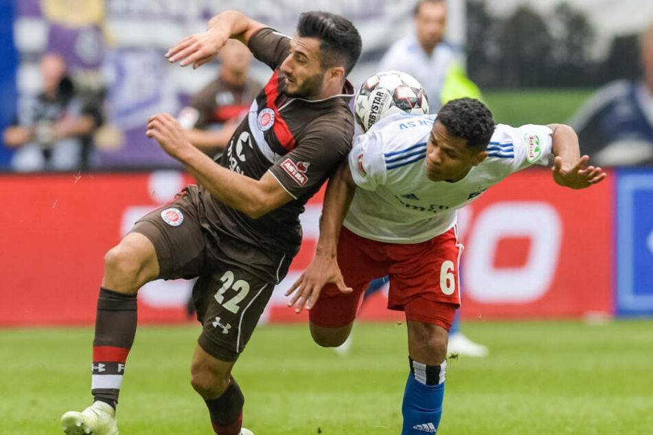 Treffen im März erneut aufeinander: St. Paulis Cenk Sahin (links) und Douglas Santos vom HSV.