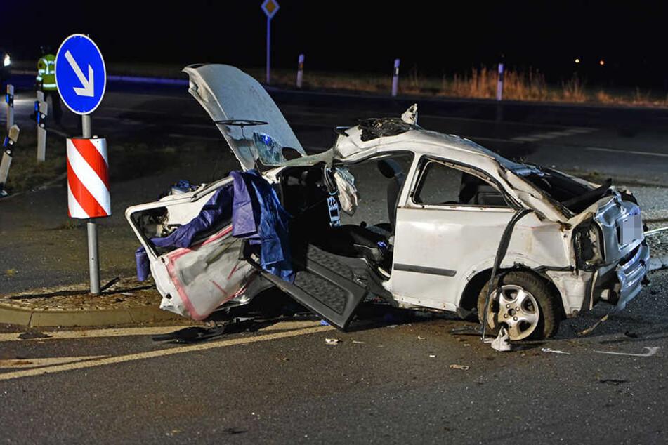 Der Opel wurde bei dem Unfall völlig zerstört.