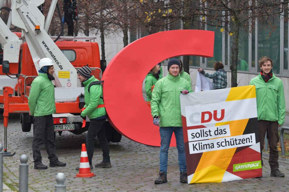 """Greenpeace klaut CDU das """"C"""" aus Parteizentrale und setzt wichtige Message für Klimaschutz!"""