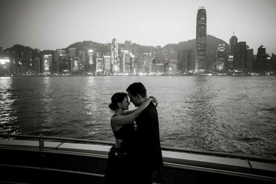 Die Welt, wie sie Linda durch ihre Kamera sieht: Eine innige Umarmung vor der Skyline Hongkongs.