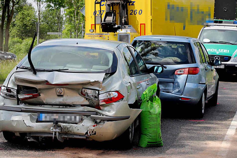 Drei Autos wurden durch den VW zusammengeschoben.