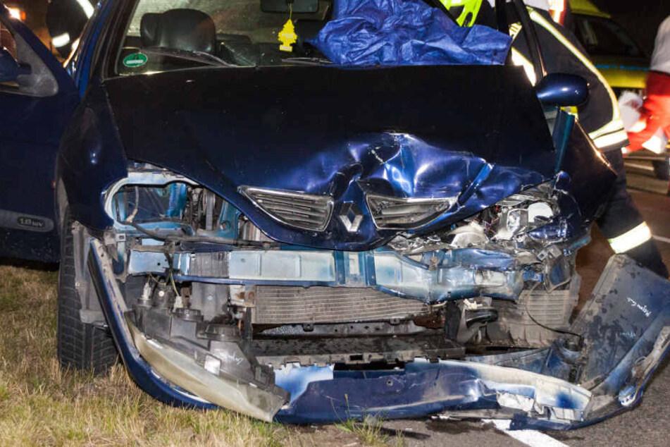 Der Frontbereich des Renault wurde bei dem Unfall vollkommen demoliert.