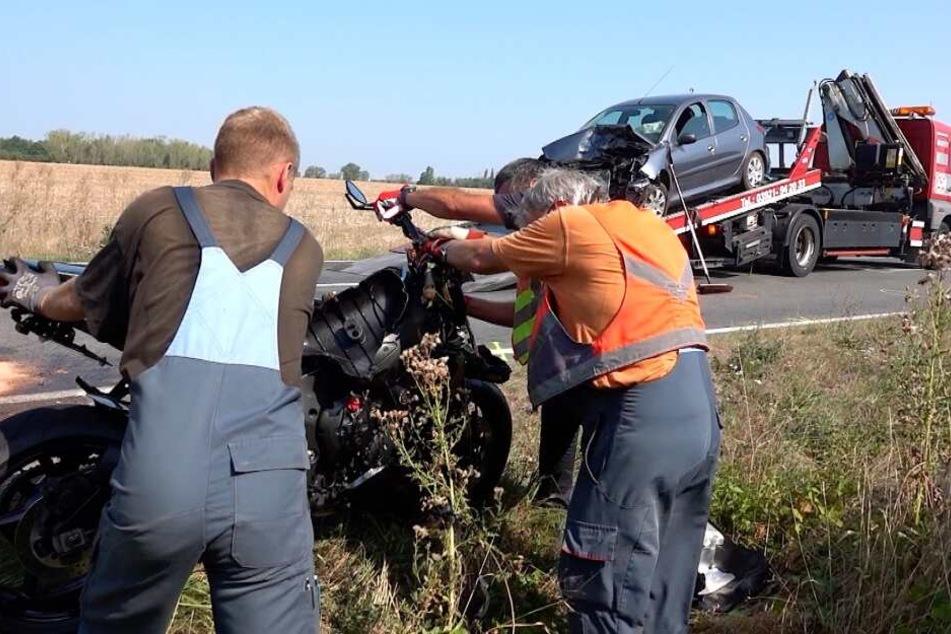 Bei einem schweren Unfall auf der L52 wurden am Samstag ein Motorrad- und ein Autofahrer schwer verletzt.