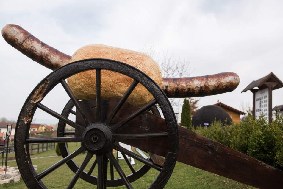 Auch eine Kanone mit einer Bratwurst gibt es in Holzhausen.