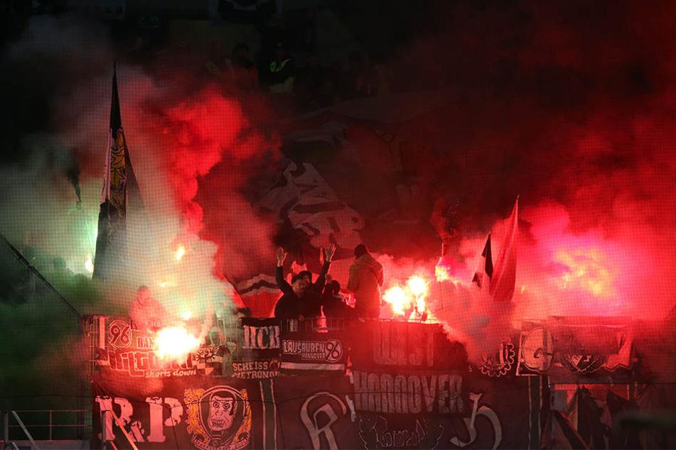 Nicht nur der Schiedsrichter, auch die Hannover-Fans sorgten für Kopf schütteln: Ihr Abfackeln von Pyrotechnik sorgte für eine mehrminütige Spielunterbrechung.