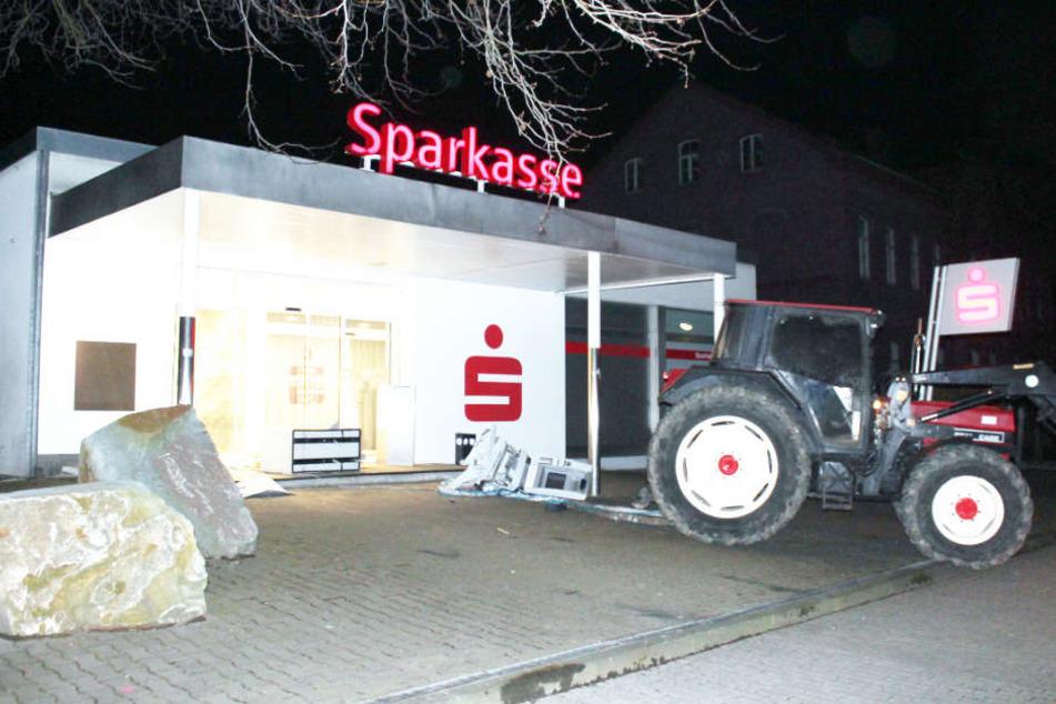 Versuchter Raub in Soest Ganoven reißen Tresor mit Trecker aus Bank