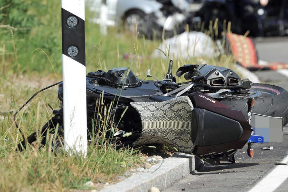 Der Motorradfahrer wurde bei dem Unfall schwer verletzt. (Symbolbild)