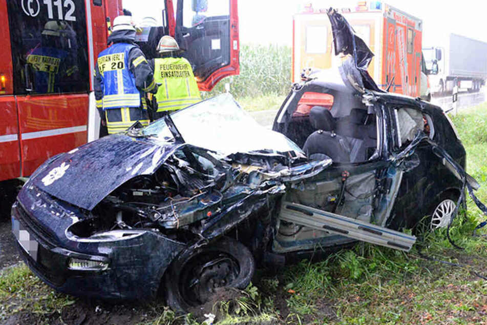 Aus diesem Wrack konnte die Frau (22) nur mit lebensgefährlichen Verletzungen gerettet werden.