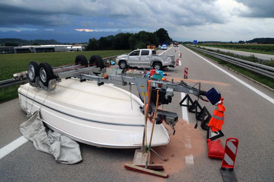 Auf der A7 ist ein Ehepaar mitsamt ihrem Boot verunglückt.