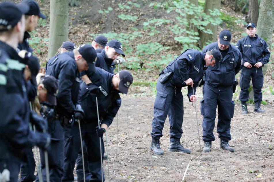 Die Polizei untersucht den Boden auf die möglicherweise dort vergrabene Kinderleiche.