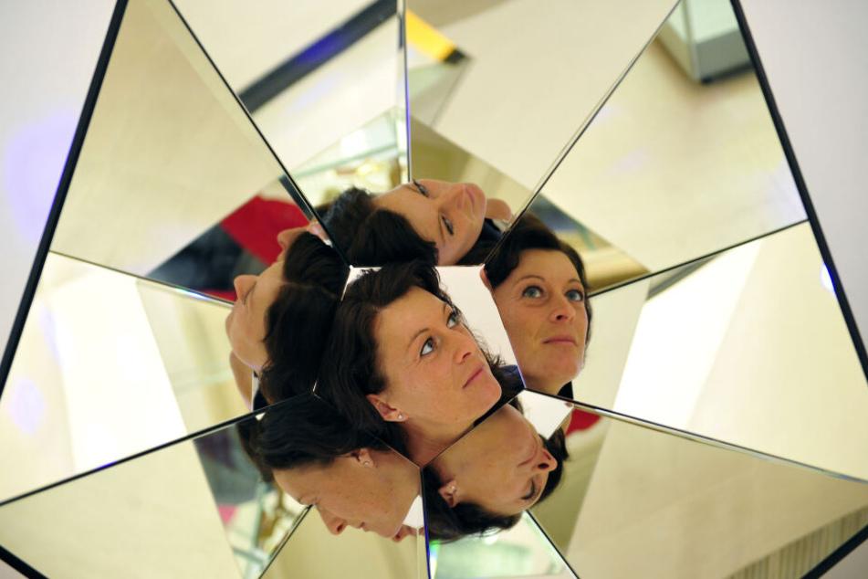 Museumsleiterin Claudia Glashauser (32) blickt in einen Trickspiegel.