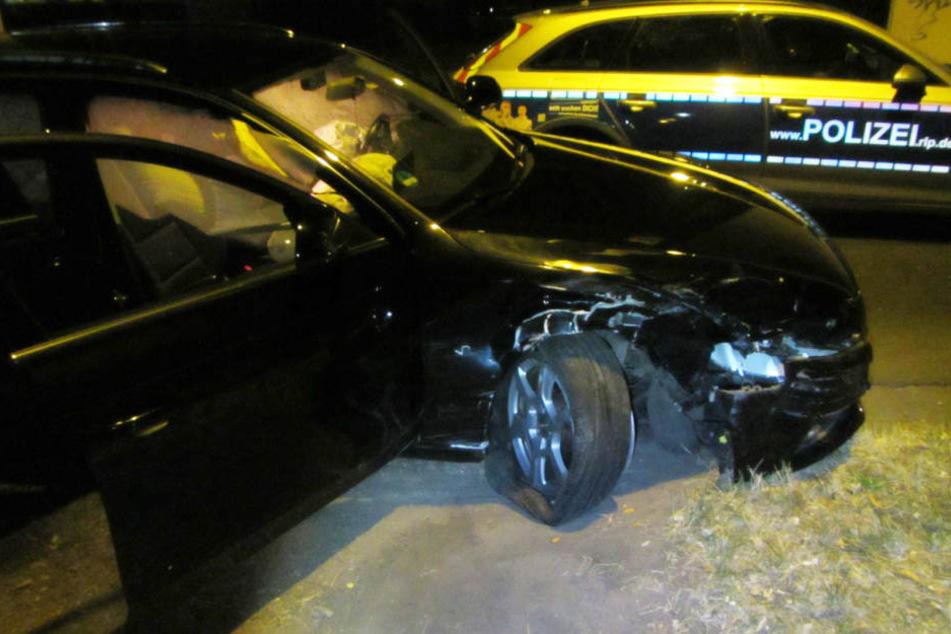 Mit seinem stark beschädigten Audi kam der Flüchtige nur wenige Meter weit. Dann flüchtete er zu Fuß.