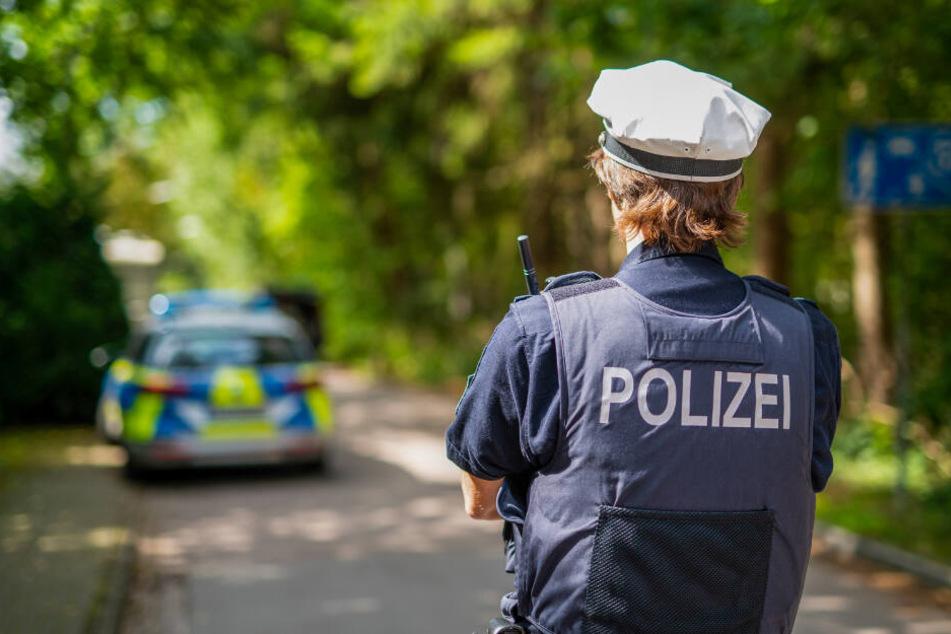 Ein Polizist steht auf einer Straße.
