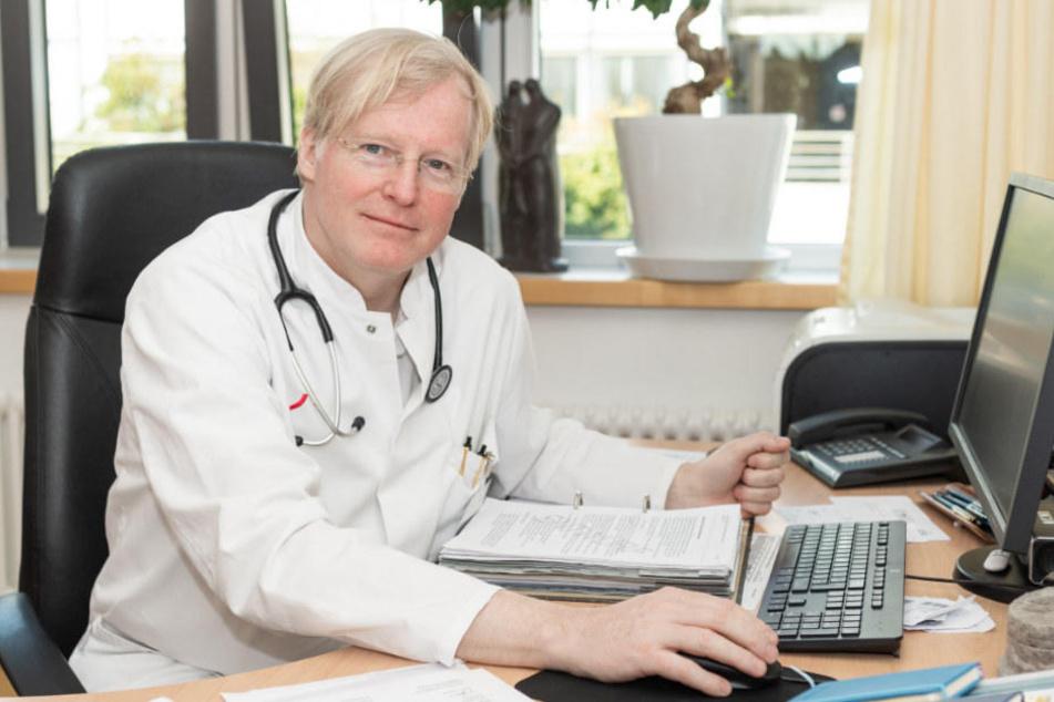 Sylvester von Bismarck, Ärztliche Leitung der Kinderschutzambulanz, sitzt in der Kinderschutzambulanz Neukölln an seinem Schreibtisch.