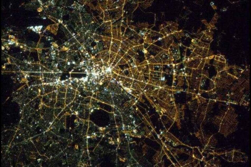 Der Mauerverlauf ist auf dem aus 400 Kilometer Höhe aufgenommenen Foto deutlich zu erkennen.
