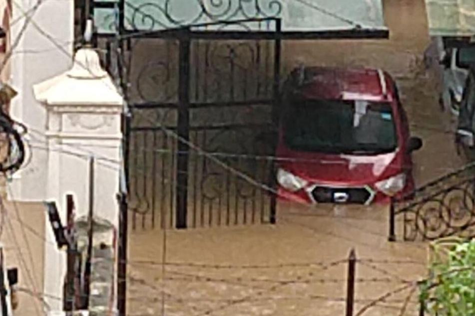 Twitterbilder zeigen, welche Auswirkungen der starke Monsunregen hat.