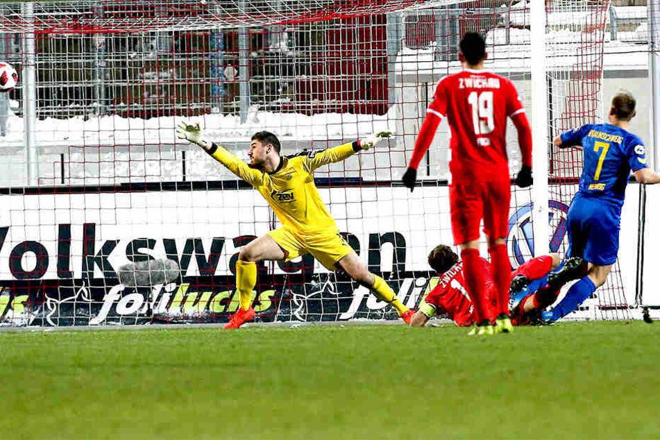 Das Tor des Tages. Bernd Nehrig (rechts) trifft und dreht jubelnd ab. Torhüter Johannes Brinkies streckt sich vergeblich, auch Davy Frick kann nicht mehr eingreifen.