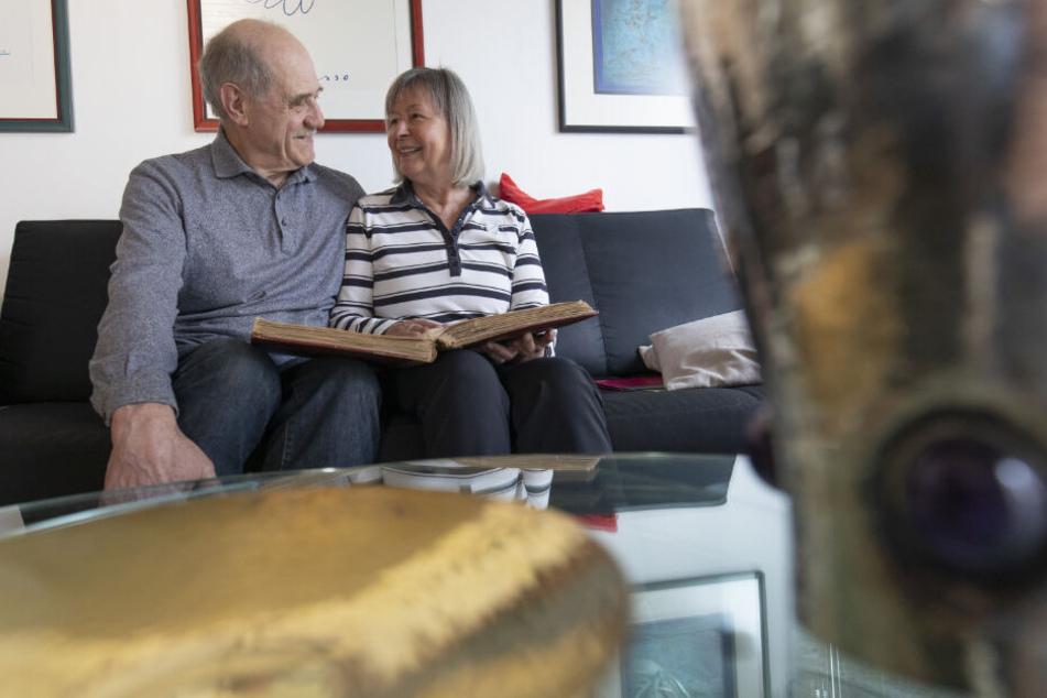 Das Paar in seinem Wohnzimmer in Bruchköbel.