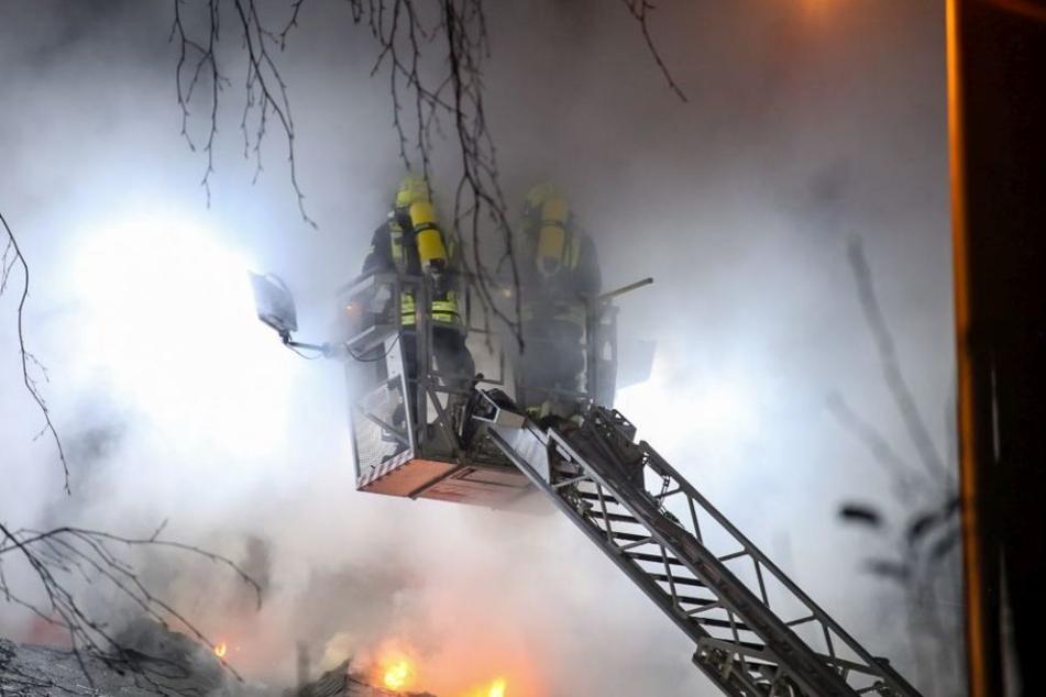 Die Feuerwehr war auch mit mehreren Drehleitern im Einsatz.