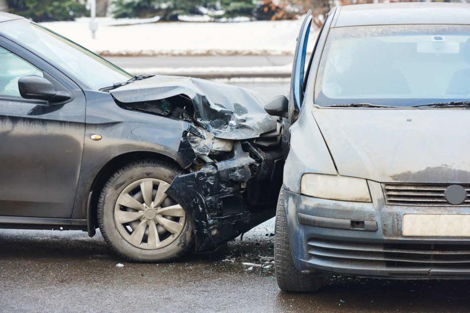 Beide Autos knallten zusammen und landeten im Straßengraben. (Symbolbild)