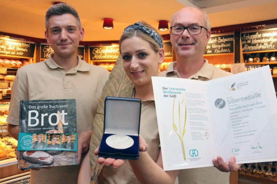 Alexander Schmidt, Marie-Thérèse und Arno Simon (von links) präsentieren stolz ihre gewonnene Silbermedaille.