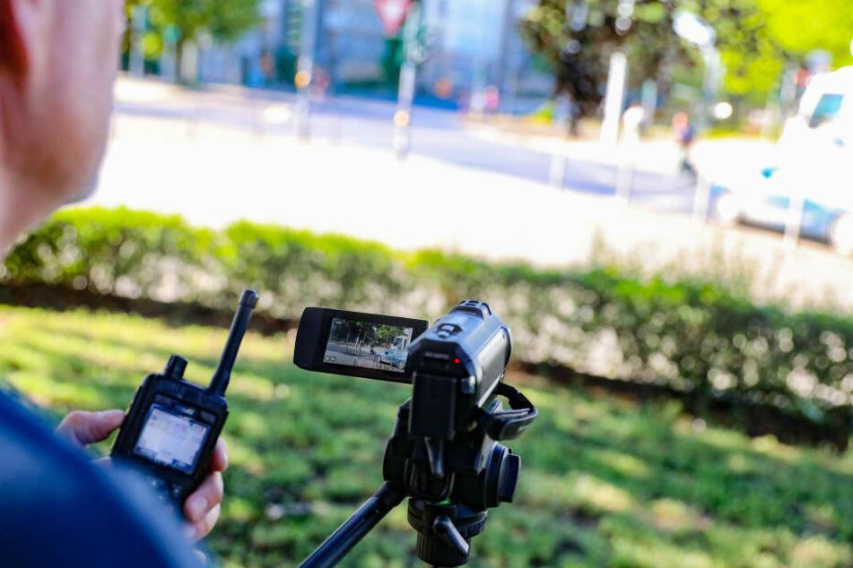 Mit einer Videokamera nehmen die Beamten die Vergehen auf, um sie später nachweisen zu können.