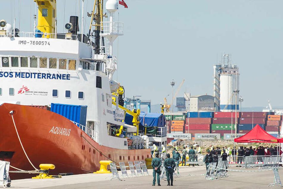 """Das vor einer Woche von Italien und Malta abgewiesene Seenot-Rettungsschiff """"Aquarius"""" ankert nach seiner Ankunft im Hafen. Ärzte in Schutzkleidung gehen auf das Schiff."""