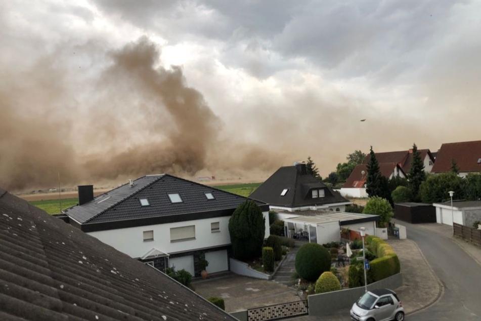 Angsteinflößend: Der Sandsturm wirbelt über die Felder der Gemeinde.