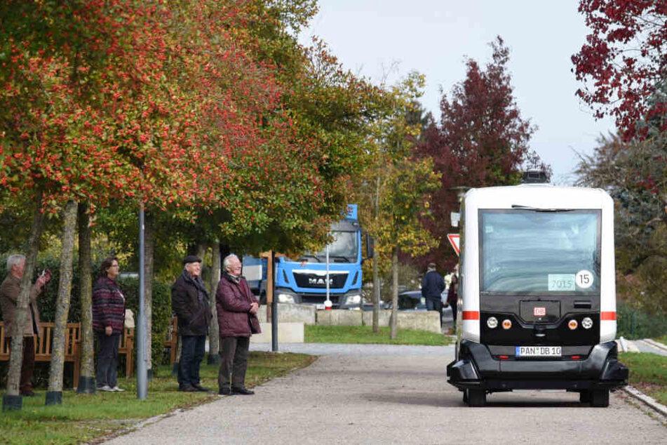 Großes Staunen: Hier fährt Deutschlands erster fahrerloser E-Bus.
