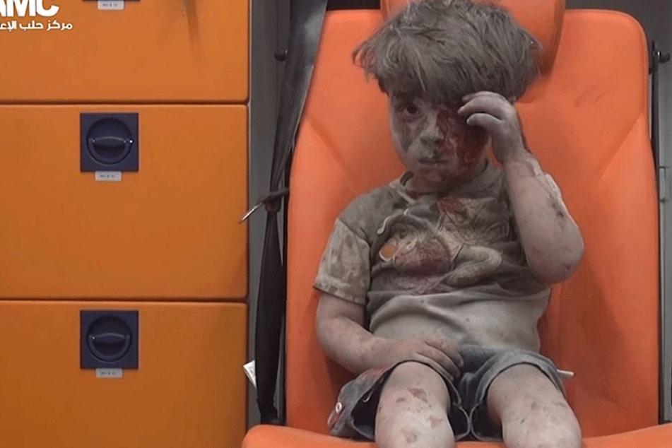 Der Videograb aus einem Handout-Video der syrischen Aktivistengruppe Aleppo Media Center zeigt den vierjährigen Omran mit blutverschmiertem Gesicht.