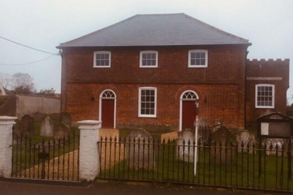 Das Haus in Norfolk hat einen Friedhof im Garten.