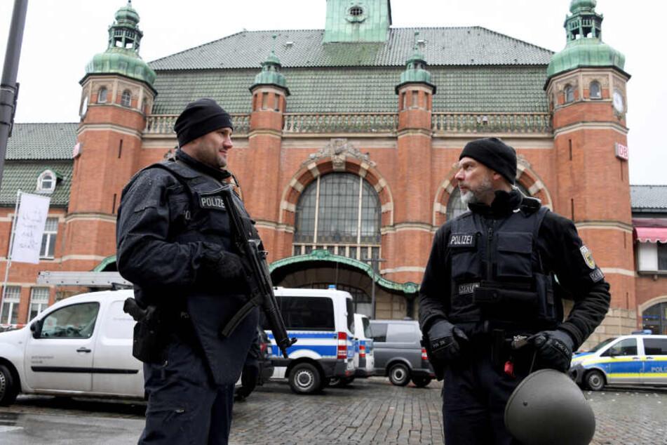 Polizisten stehen nach einer Bombendrohung vor dem Lübecker Hauptbahnhof.