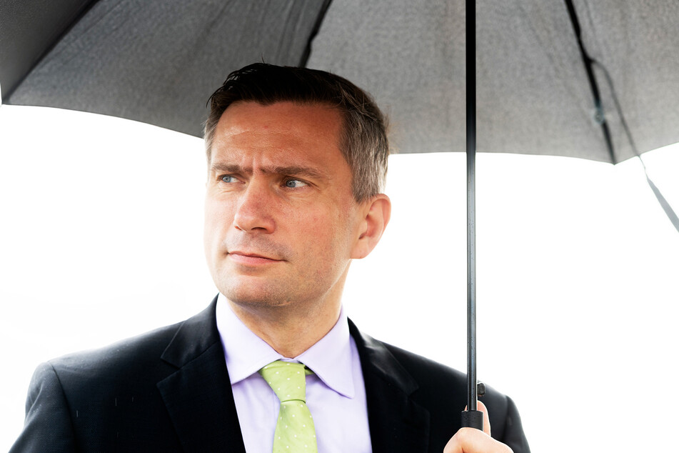 Vom Regen in die Traufe: Verkehrsminister Martin Dulig (46, SPD) muss das Bildungsticket wohl erneut verschieben. Auch bei der Landesverkehrsgesellschaft ist keine Lösung in Sicht.