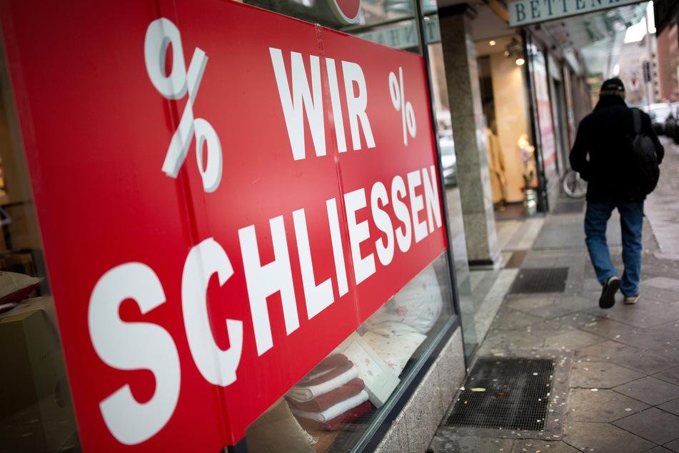 """Der Schriftzug """"Wir schliessen"""" steht am Schaufenster eines Geschäftes. Dank Corona gab es in Niedersachsen zuletzt weniger Insolvenzen."""
