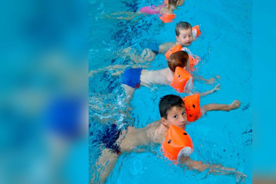 Viele Grundschüler können sich nur mit Schwimmärmeln über Wasser halten.