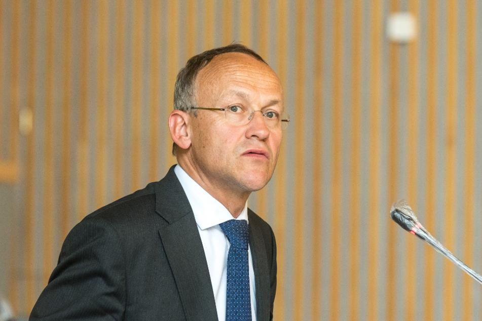 Trotz leerer Kasse muss Finanzbürgermeister Peter Lames (55, SPD) eine Million Euro auftreiben.