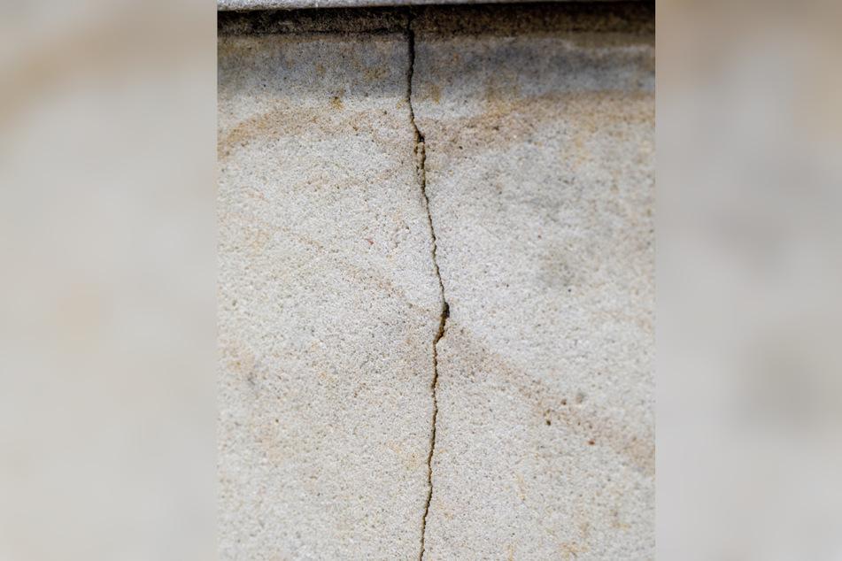 An vielen Stellen, an denen das Geländer in den Sandstein eingelassen ist, haben sich Risse gebildet.