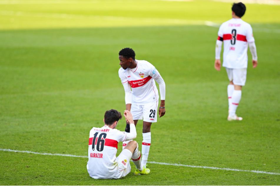 VfB-Jungstar Momo Cissé (18, Mitte) hilft Atakan Karazor (24, l.) auf die Beine, dahinter schleicht sich Wataru Endo (28) davon.