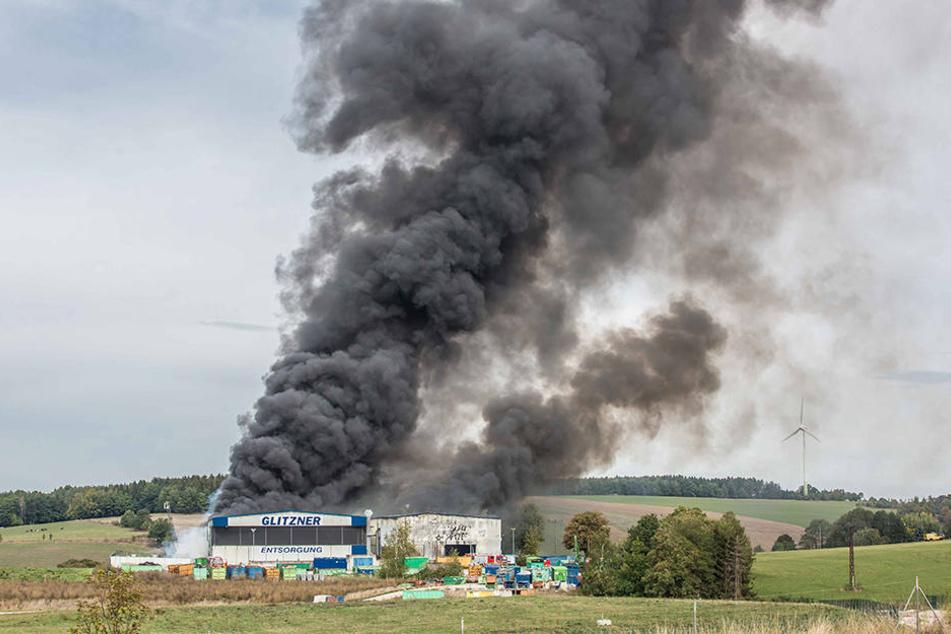 Die dunkle Rauchsäule, die über dem Brandort aufstieg, war weithin sichtbar.
